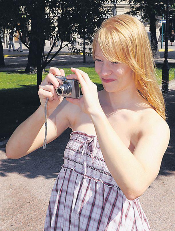 KEHYKSIIN Tiina Turunen tykkää kuvata merkkipäivinä ja kaverien kanssa hengaillessa. Parhaat kuvat hän laittaa kehyksiin.– Tällä hetkellä minulla on myös iso pinkka kuvia, jotka odottavat albumiin pääsyä, Turunen kertoo.