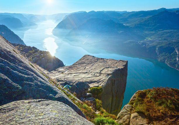 Preikestolen eli saarnastuoli on 604 metriä korkea, komea kalliojyrkänne Lysevuonon rannalla.