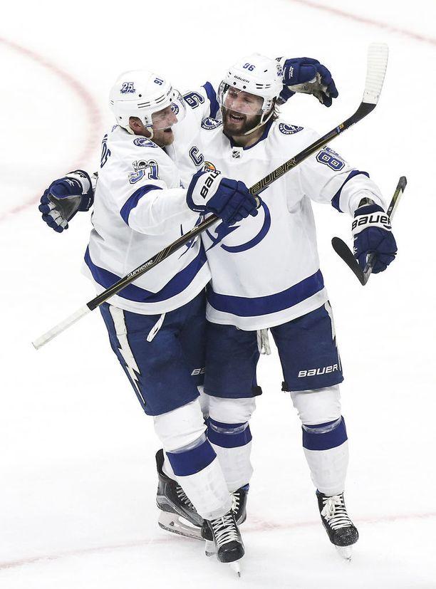 Tampa Bayn Steve Stamkos (vas.) ja Nikita Kutsherov dominoivat NHL:n pistepörssiä.