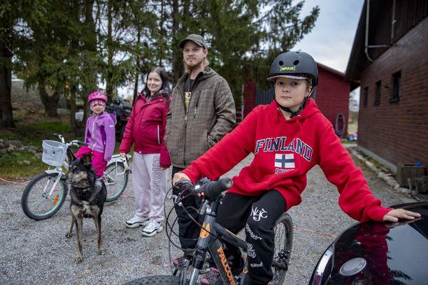 Mikkosen perheen lapsille ei myönnetty susikuljetusta. Kuvassa vanhemmat Niina ja Tatu Mikkonen, lapset Erica ja Eetu sekä Lemmy-koira. Perhe muutti Nousiaisiin neljä vuotta sitten.