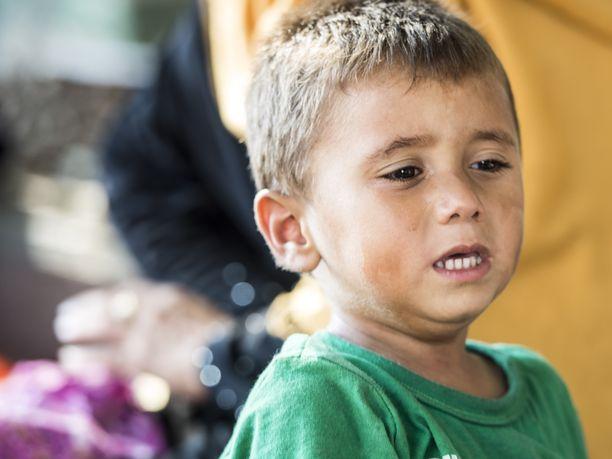 Pieni lapsi pakolaisleirillä Kreikassa.