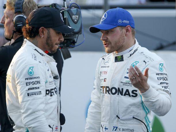 Lewis Hamilton onnitteli Valtteri Bottasta rehdisti kauden toisesta paalupaikasta.