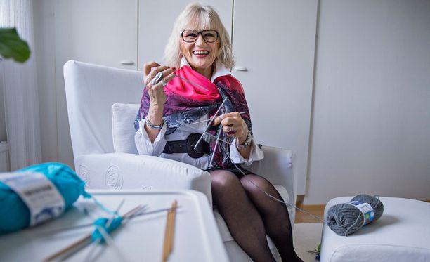 Maija-Riitta Sirenius ei koskaan katso televisiota niin, ettei hänellä olisi kudin kädessä. Hän pystyy myös lukemaan kirjaa ja neulomaan samaan aikaan.