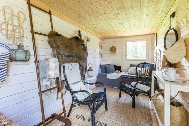 Pihasaunan sisätilat ovat vaaleat ja sisustus on pehmeän mökkimäinen. Tuvassa on paljon istumatilaa isommallekin saunaseurueelle.