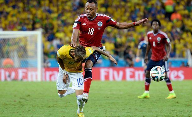 Neymar loukkaantui perjantaina Brasilian ja Kolumbian välisessä jalkapallo-ottelussa, kun kolumbialainen Juan Zuniga potkaisi polvella häntä selkään.