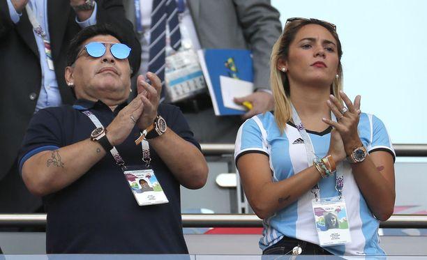 Diego Maradona seurasi Argentiinan putoamista MM-kisoista kihlattunsa Rocio Olivan kanssa.