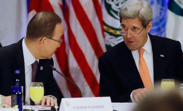 YK:n pääsihteeri Ban Ki-moon ja Yhdysvaltojen ulkoministeri John Kerry keskustelivat Syyrian tilanteesta.