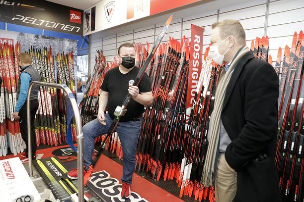 Ville Lappi (oik.) kävi tällä viikolla suksikaupoilla. Helsinkiläisen Kalle Sportin myyjä Pasi Tuunanen esitteli välineitä.