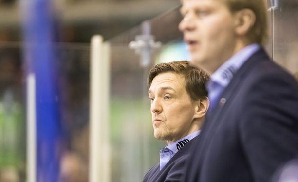 Marko Ojanen (vas.) johtaa joukkoja, kun päävalmentaja Jukka Rautakorpi on sivussa. Arkistokuva.