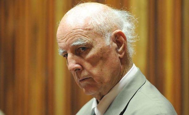 Bob Hewitt kiistää syyllistyneensä raiskauksiin.