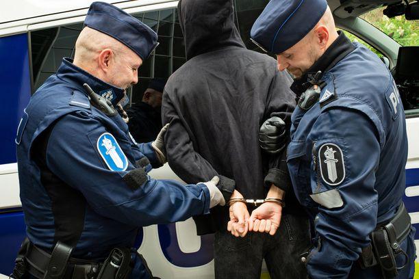 Epäillyt olivat jääneet sattumalta poliisipartion haaviin hetkeä ennen ilmoitusta ryöstöstä. Kuvituskuva.