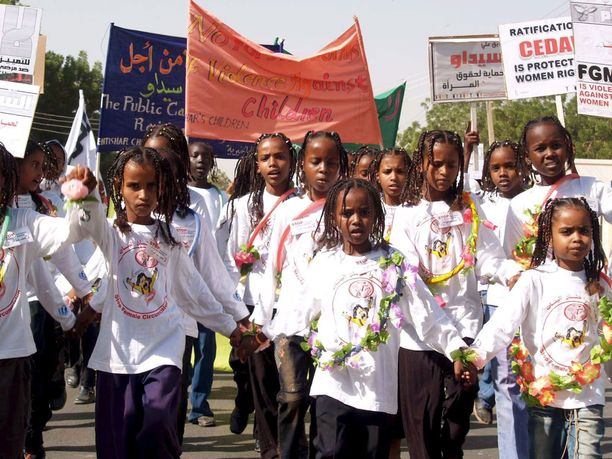 Mielenosoitus lapsiin ja naisiin kohdistuvaa väkivaltaa vastaan vuonna 2005 Khartumissa Sudanissa.