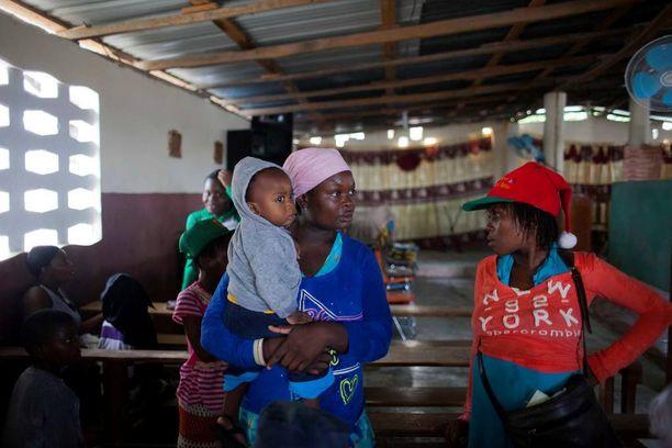 Paikallisia evakuoitiin kirkon tiloihin Haitin Tabarressa.