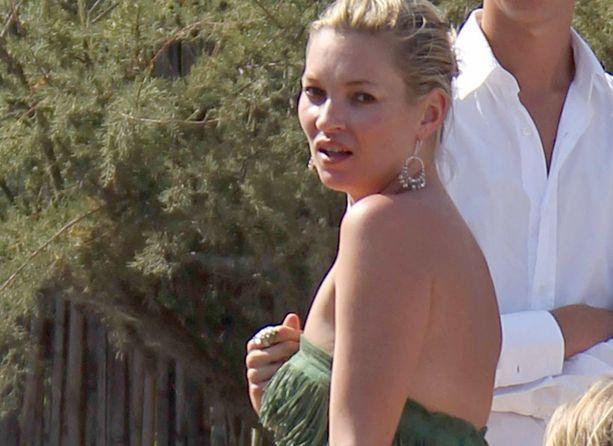 Kate Moss tunnetaan huolettomasta tyylistään. Lomalla voi bikinin yläosatkin heittää pois (linkki alla).