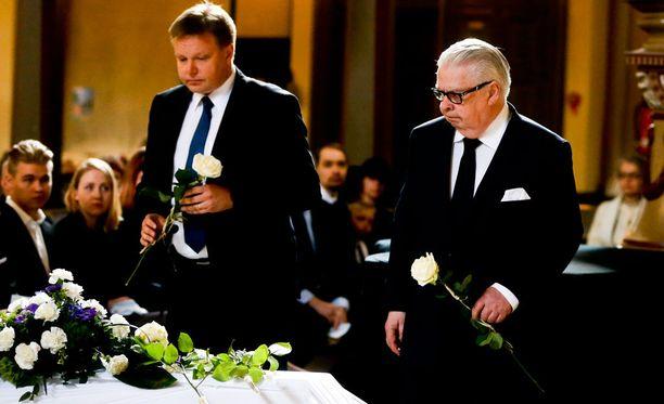 Jääkiekkoliiton puheenjohtaja Harri Nummela (vas.) ja Kalervo Kummola toivat Aarne Honkavaaralle viimeisen tervehdyksen.