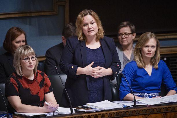 Ministeri Krista Kiuru korostaa, että hallitus haluaa estää viruksen leviämistä. Kuva maaliskuulta.
