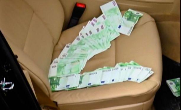 Auton penkillä lojui myös 100 euron seteleitä.