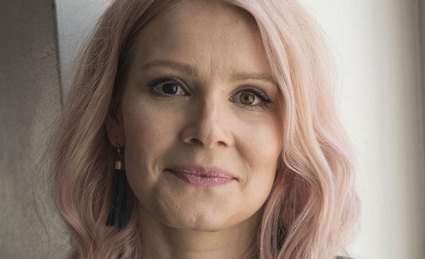 Pamela Tola kertoo rohkeasti kokemuksistaan kuvauksissa. Tola on tunnettu suomalainen näyttelijä.