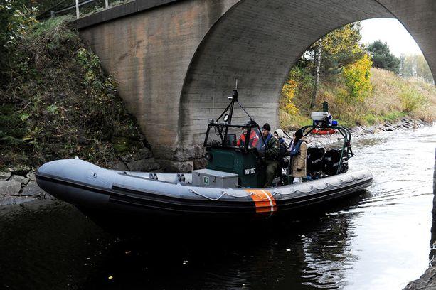 Hovioikeuden jäsenet tekivät katselmuksen Jyrki Järvilehdon veneen turmapaikalle Jomalvikin kanavassa vuonna 2012.