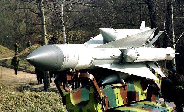 Pohjois-Korea esitteli paraatissa mitä ilmeisimmin venäläisvalmisteista S-200-ilmatorjuntaohjusta, jonka apurakettien kärkien on tarkoituskin olla vinossa. Tämä ohjus on kuvattu Kaliningradissa.