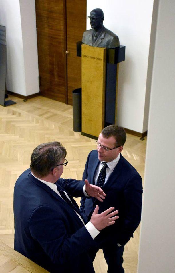 Presidentti Urho Kekkonen (kesk) kuunteli taustalla, kun sisäministeri Petteri Orpo (kok) ja ulkoministeri Timo Soini (ps) keskustelivat tiistaina eduskunnassa.