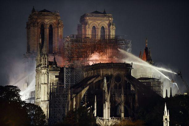 Palomiehet taistelivat sammuttaakseen Notre Damen katedraalissa riehuneet liekit.