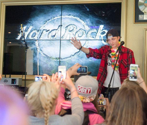 Isac Elliot soitti uuden kappaleensa faneille Hard Rock Cafessa Helsingissä torstaina.