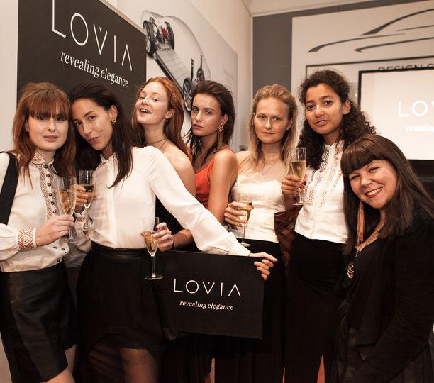 Suunnittelija Outi Korpilaakso (oikealla) ja mallit esittelivät Lovian SS16 malliston Tanskassa.