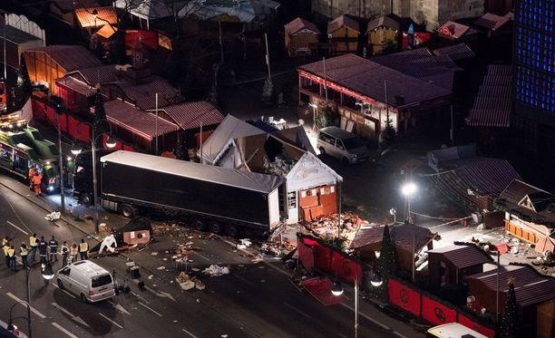 Iskussa kuoli 12 ihmistä ja 48 loukkaantui. Tekijä voi yhä olla vapaalla jalalla.
