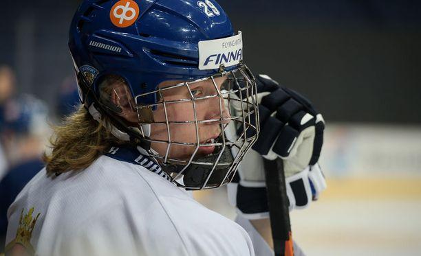 Patrik Laine joutuu pelaamaan MM-kisoissa häkki päässä.