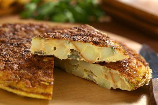 Peruna tekee espanjalaisesta munakkaasta ruokaisaa syötävää.
