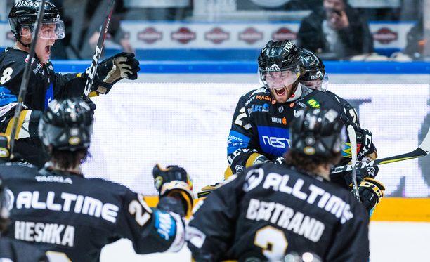 Mikael Ruohomaa oli Kärppien juhlittu sankari. Hän ampui jatkoaikamaalin ajassa 77.32.