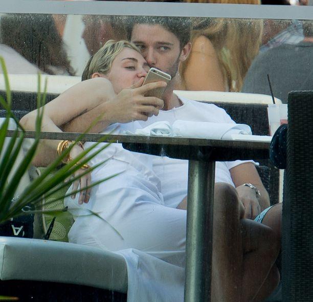 Miley ja Patrick kuhertelivat perjantaina Miamissa.