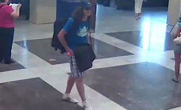 Mehdi Ghezali tallentui lentokentällä valvontakameran kuvaan hetki ennen iskua.