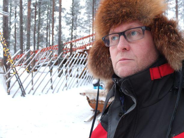 Joulupukin Pajakylässä safariyrittäjänä toimiva Ari Körkkö on toistaiseksi joutunut turvautumaan ostolumeen.