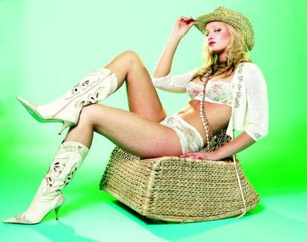 Miss Suomi Ninni Laaksonen poseeraa tottuneesti alusasukuvauksissa.