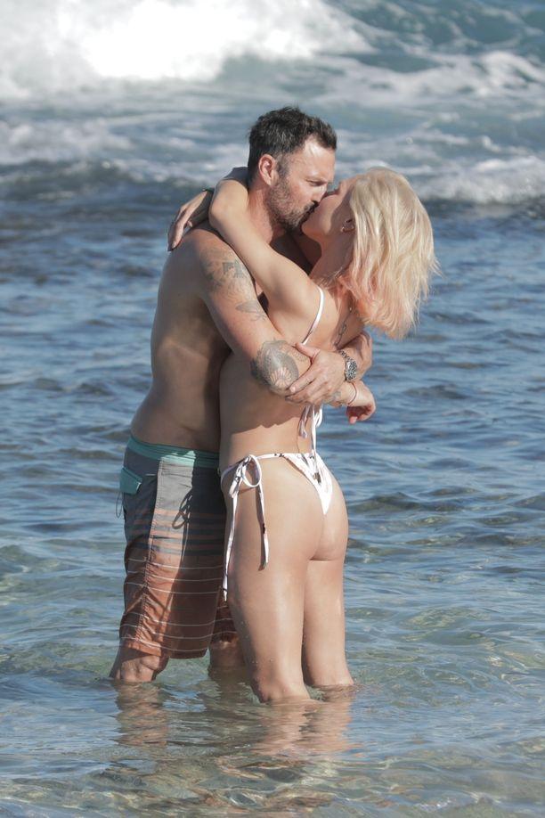 Brian Austin Green ja Sharna Burgess tempautuivat lomalla suuteloimaan.
