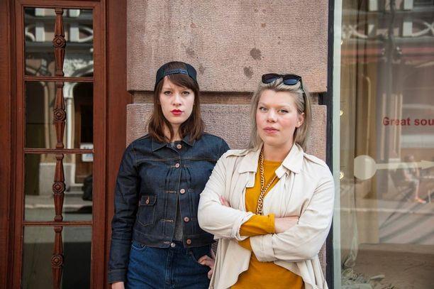 Emma ja Mia Kemppainen kertovat, että heiltä on kyseenalaistettu muun muassa sitä, kirjoittavatko kappaleensa sanat itse.