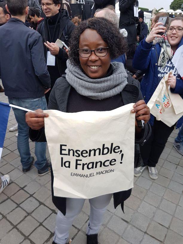 Louvren aukiolle kokoontuneet Emmanuel Macronin kannattajat juhlivat jo voittoa. Kuvassa Traore, 47.