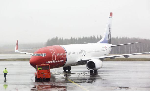 Poliisi poisti Norwegianin kapteenin koneesta päihtymysepäilyn takia Helsinki-Vantaalla viime perjantaina. Myöhemmin poliisi kertoi lentäjän puhaltaneen alkometriin alle 0,5 promillea.