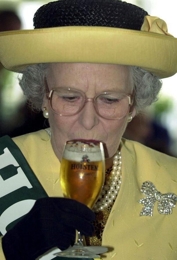 Kuningatar Elisabet II maistelee mielellään myös uusia makuja.