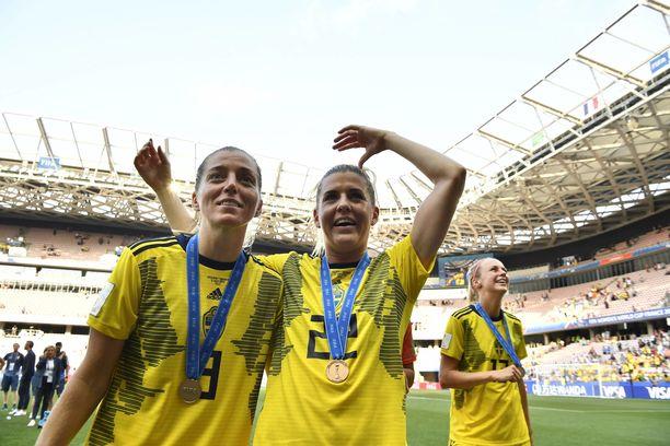 Kosovare Asllani (vasemmalla) ja Olivia Schough tuulettivat MM-pronssia Nizzassa.