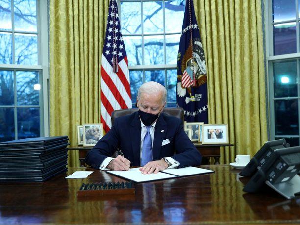 Yhdysvaltain presidentti Joe Biden ryhtyi töihin päästyään Valkoiseen taloon.