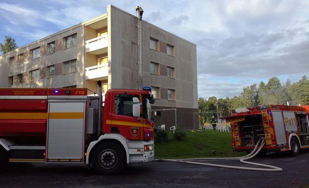 Tulipaloa saapui sammuttamaan useita pelastuslaitoksen yksiköitä.