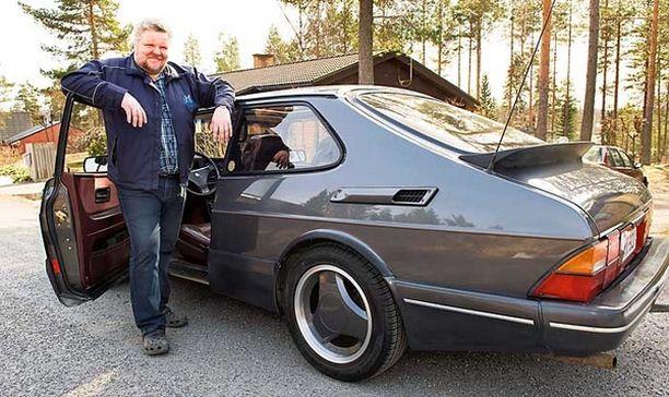Juha Lehtonen on ylpeä Ruotsin-löydöstään. Saab 900 Aeron erikoismalli maksoi naapurimaassa parituhatta euroa.