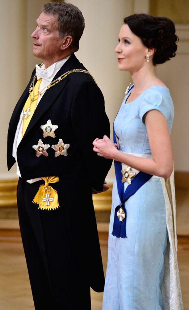 Kaksi vuotta sitten rouva Haukiolla oli kauniin sininen hihallinen puku.