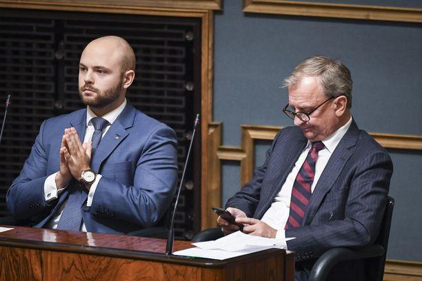 30-vuotias Joonas Könttä (kuvassa vasemmalla) on keskustan ensimmäisen kauden kansanedustaja. Hänet valittiin eduskuntaan vuoden 2019 vaaleissa Keski-Suomen vaalipiiristä.