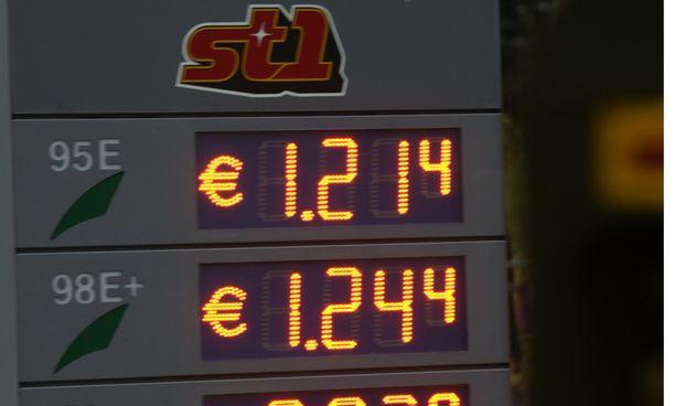 Bensiinin hinta on romahtanut lukemiin, joita ei ole nähty vuosiin.  Tämä  kuva on vuodelta 2009 ja samanlainen lukema kirjattiin Tuurin kyläkaupassa maanantaiaamuna.(KUVITUSKUVA)