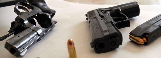 Laittomissa asepajoissa toimintakyvyttömiksi tehtyjä aseita palautetaan toimiviksi. Kuvan aseet eivät liity tapaukseen.