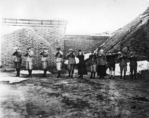 Punakaartilaisnaisia tähtäämässä aseineen Uuraalla.